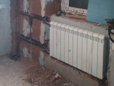 Установка радиатора трубы спрятаны в стену